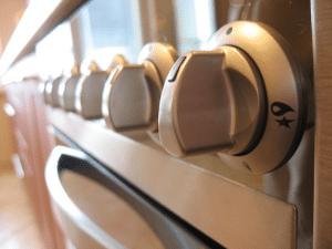 Come pulire il forno: eliminare unto e incrostazioni